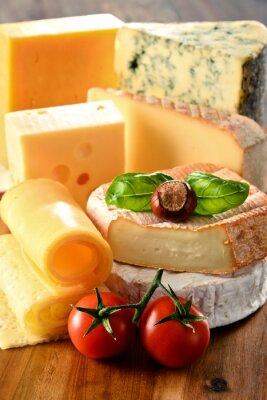 Posters Différentes sortes de fromage sur la table de cuisine