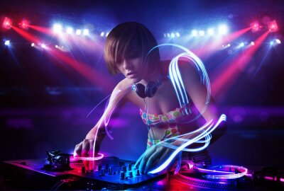 Posters Disc-jockey fille jouant de la musique avec des effets faisceau de lumière sur scène