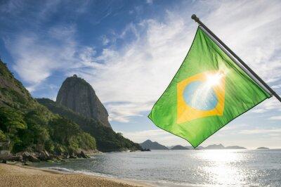 Posters Drapeau brésilien à Praia Vermelha Plage rouge avec une vue du lever du soleil de Sugarloaf Montagne Pao de Acucar à Rio de Janeiro Brésil