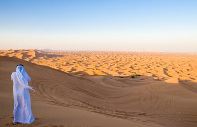 Posters Dubaï, un homme en tenue traditionnelle dans la zone désertique d'Al Dhana