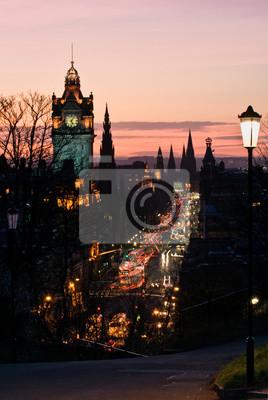 Edimbourg avec Tour de l'Horloge de Calton Hill au crépuscule Scotland UK