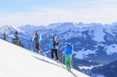 Posters Eine Gruppe Skitourengeher vor der Traumkulisse der Allgäuer Alpen
