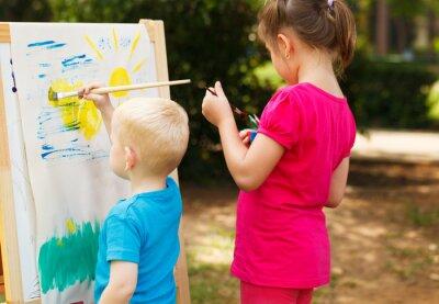 Enfants d'âge préscolaire peinture