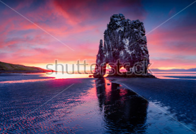 Posters Énorme pile de basalte Hvitserkur sur la côte est de la péninsule de Vatnsnes. Lever de soleil de l'été coloré au nord-ouest de l'Islande, Europe. Beauté de fond de concept de nature.