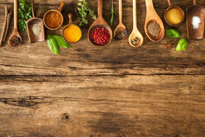 Posters Épices colorées sur table en bois