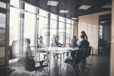 Posters Equipe commerciale et responsable d'entreprise lors d'une réunion