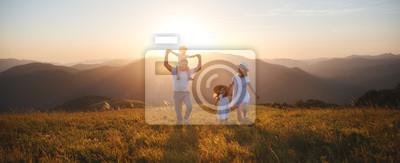 Posters famille heureuse: mère, père, enfants fils et fille sur le coucher du soleil