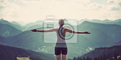 Posters Femme célébrant la nature et d'atteindre le sommet