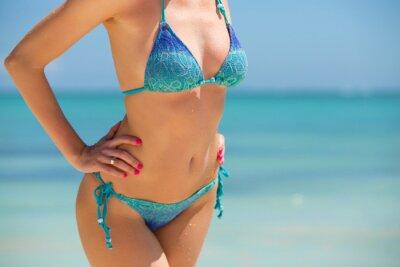 Posters Femme en bikini posant sur la plage