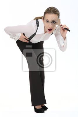 Femme regardant à travers une loupe