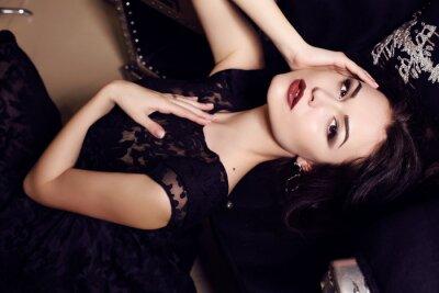 Posters femme sexy en robe noire pose en intérieur luxueux