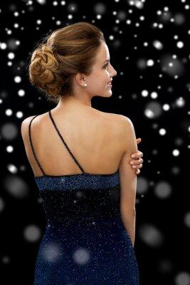 Posters femme souriante en robe de soirée