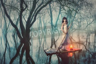 Posters Femme sur un radeau avec une lanterne flottant sur un étang dans une forêt brumeuse. Femme de conte de fées dans une longue robe.