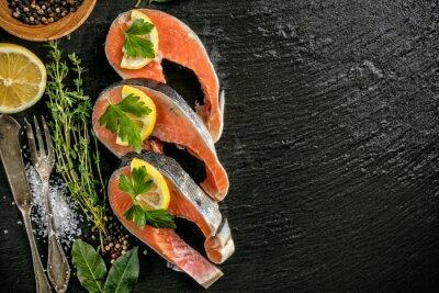 Posters Filets de saumon servis sur pierre noire