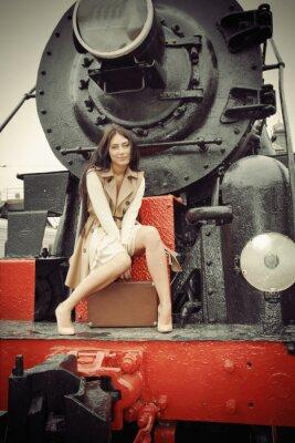Posters fille assise sur un train d'époque