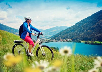 Posters fille avec e-bike dans la nature / e-puissance 04