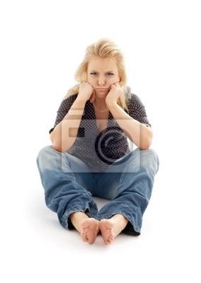 fille offensée assis sur le sol