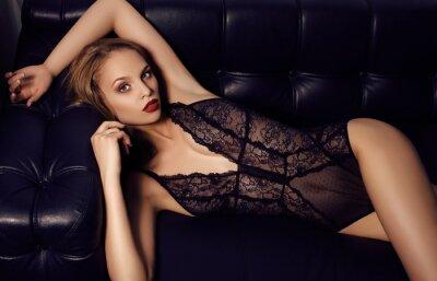 Posters fille sensuelle avec de longs cheveux noirs avec de la lingerie de dentelle de luxe