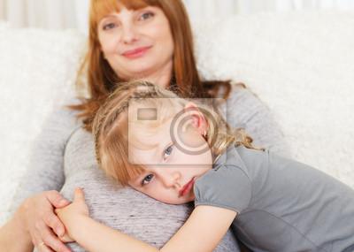 Fille sentiment ventre de sa mère enceinte.