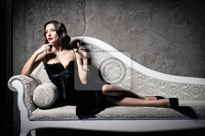 personnalisé magasiner pour véritable détaillant Posters: Film noir style: belle belle jeune femme allongée sur le canapé