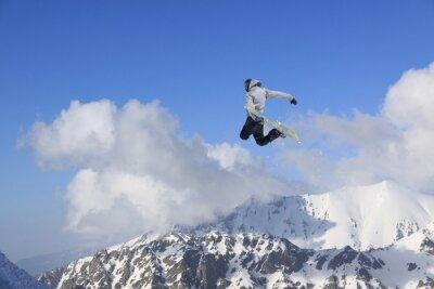 Posters Flying snowboarder sur les montagnes. Sport extrême.