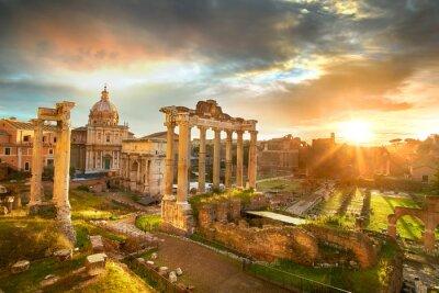 Posters Forum romain. Ruines du Forum romain à Rome, en Italie au lever du soleil.