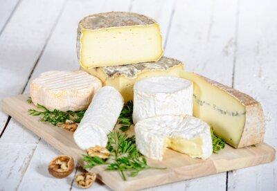 Posters fromage différent avec les noix sur une planche en bois blanc