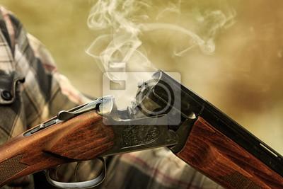 Posters Fusil de chasse après tir. Chasse dans la forêt