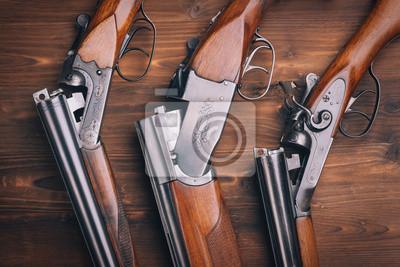 Posters Fusil de chasse sur fond de bois