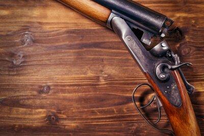 Posters Fusil sur fond de bois