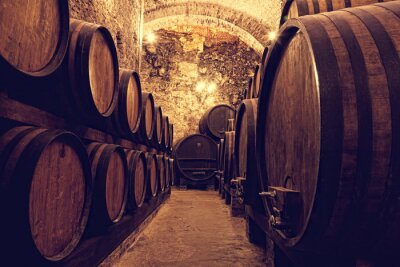 Posters Fûts en bois avec du vin dans un caveau de vin, Italie