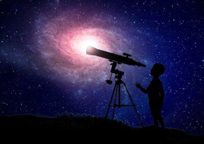 Posters Garçon regardant à travers un télescope