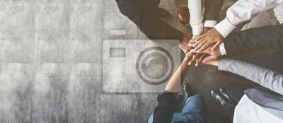 Posters Gens d'affaires rassemblant leurs mains, vue de dessus