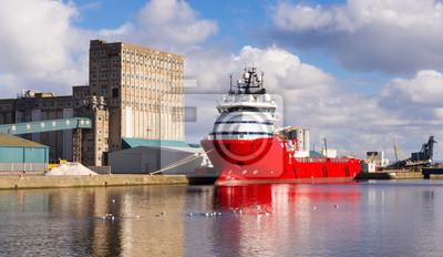 Grand cargo rouge dans les docks d'Edimbourg.
