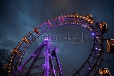 Posters Grande roue avec la lumière entre les nuages. Oeil de Londres. Hiver. Ciel nocturne et nuages. Angleterre. Grande Bretagne