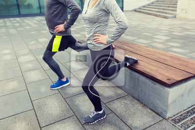 Gros plan de couple faisant des exercices de lunge sur la rue