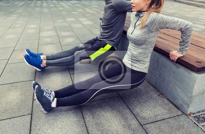 Gros plan de couple faisant triceps trempe sur banc