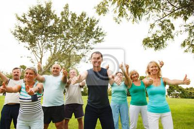 Groupe de gens heureux montrant thumbs up