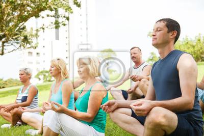 Groupe de personnes pratiquant le yoga