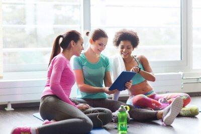 Groupe, heureux, Femmes, tablette, PC, Gymnase