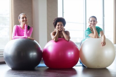 Groupe, Sourire, Femmes, exercice, balles, Gymnase