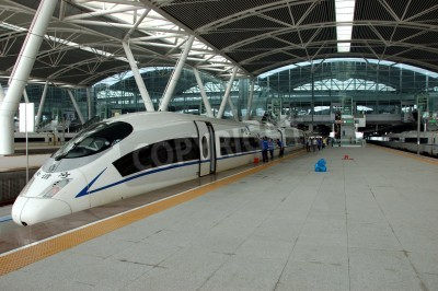 Posters GUANGZHOU, CHINE - 29 septembre: la Chine investit dans ferroviaire rapide et moderne, les trains à une vitesse plus de 340 km / h. Former à Wuhan le 29 Septembre, 2010 attend à nouveau construire la