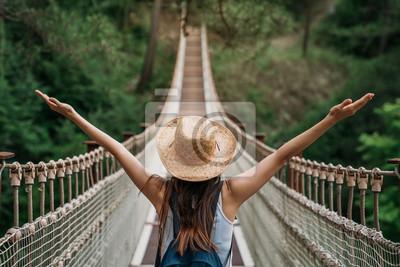 Posters Heureuse femme de voyage sur le concept de vacances. Funny Traveller profite de son voyage et est prêt à partir à l'aventure.