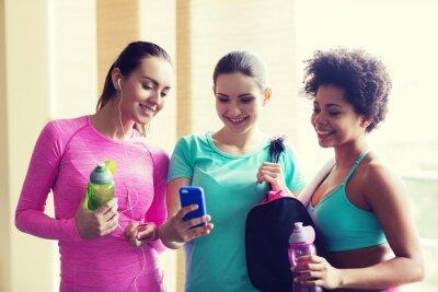 Heureux, Femmes, bouteilles, smartphone, Gymnase