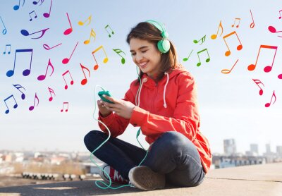 Posters heureux jeune femme avec smartphone et un casque