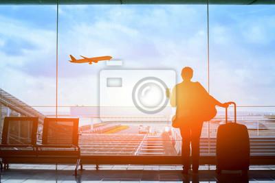 Posters Heureux, voyageur, attente, vol, aéroport, départ, terminal ...