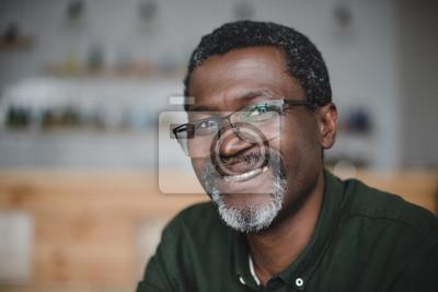 Posters homme afro-américain mature dans le bar