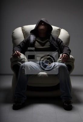 homme dangereux assis dans le fauteuil blanc