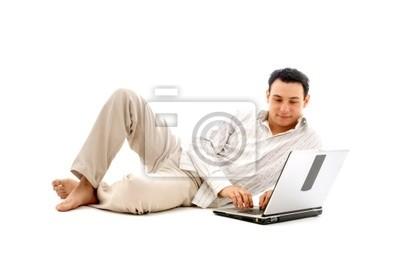 homme détendu avec un ordinateur portable
