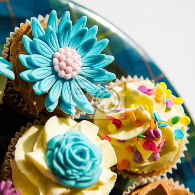 Image carrée de couleur de petits gâteaux sur une plaque